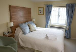 A bed or beds in a room at Yalbury Cottage