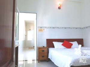A bed or beds in a room at Queen Motel Vung Tau