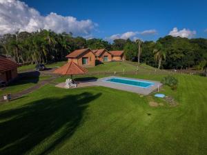Uma vista da piscina em Pousada Recanto das Palmeiras ou nos arredores