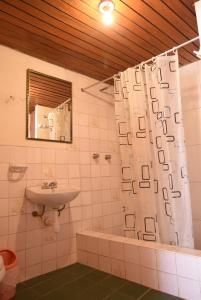A bathroom at Tambo Cusco Inn