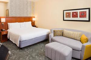 A bed or beds in a room at Courtyard by Marriott Paso Robles