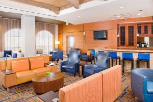 The lounge or bar area at Courtyard by Marriott Paso Robles