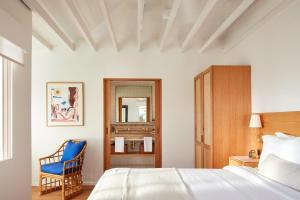 A bed or beds in a room at Hotel Joaquin