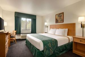 A bed or beds in a room at Travelodge by Wyndham Marysville