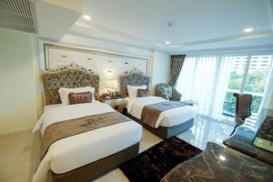 A bed or beds in a room at LK Emerald Beach