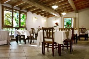 A restaurant or other place to eat at Casale Dell'Orso