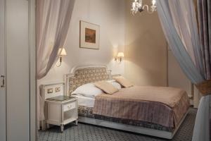 Кровать или кровати в номере Ambassador Zlata Husa