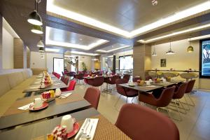 A restaurant or other place to eat at Mercure Roma Centro Colosseo