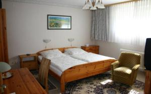 A bed or beds in a room at Pension Haus zum Schlehenberg