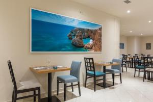 A restaurant or other place to eat at Luna Solaqua