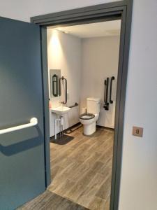 Salle de bains dans l'établissement easyHotel Belfast