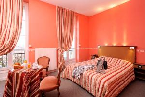 A bed or beds in a room at Hotel Restaurant Emile Job