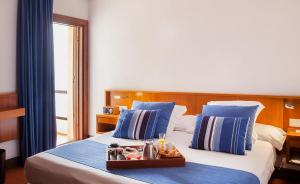 A bed or beds in a room at Almadraba Park Hotel