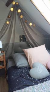 A bed or beds in a room at Gîte maison de vacances La Chtite Normande