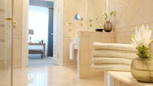 A bathroom at Althoff Grandhotel Schloss Bensberg