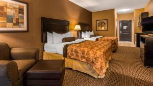 A bed or beds in a room at Best Western Plus Estevan Inn & Suites