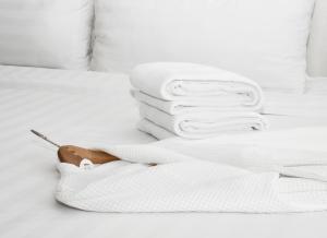 Кровать или кровати в номере Pomeroy Inn and Suites Chetwynd