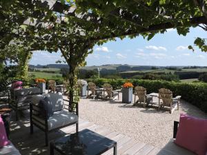 A restaurant or other place to eat at Pension-Garni Landhaus Eifelsicht