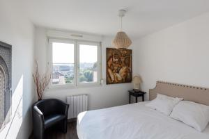 A bed or beds in a room at 1Stays Apartment - Boulard