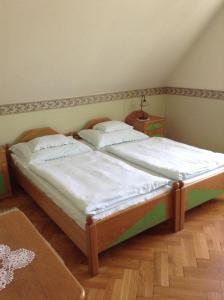 A bed or beds in a room at Főnix Fogadó