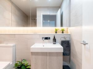 A bathroom at Rockpools 6