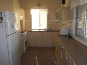 A kitchen or kitchenette at Camelot Cottage