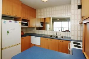 A kitchen or kitchenette at Ebbtide, Unit 33, 2-6 North Street