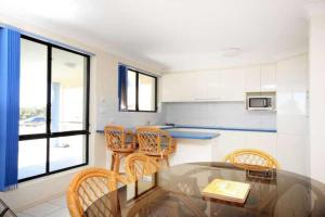 A kitchen or kitchenette at Hi Surf Unit 1, 92 Head St, Forster