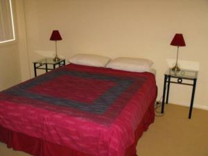 A bed or beds in a room at Millenium, Unit 101, Cnr Head & West Sts