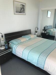 A bed or beds in a room at Ebbtide, Unit 23, 2-6 North St, Forster