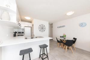 A kitchen or kitchenette at Ebbtide, unit 17, 2-6 North Street
