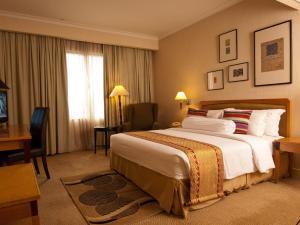 سرير أو أسرّة في غرفة في Royale Chulan Bukit Bintang