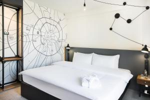 A bed or beds in a room at Pentahotel Moscow, Arbat