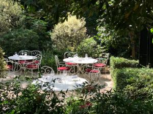 A restaurant or other place to eat at Hôtel Particulier Montmartre