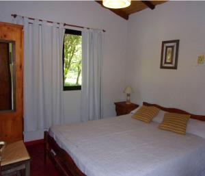 Una cama o camas en una habitación de La Arbolada Cabañas