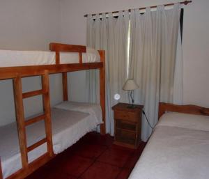 Una cama o camas cuchetas en una habitación  de La Arbolada Cabañas