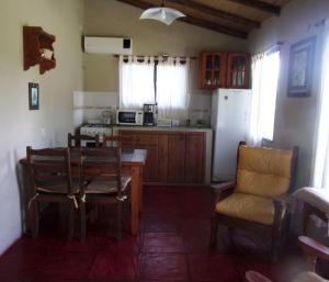 Una cocina o kitchenette en La Arbolada Cabañas