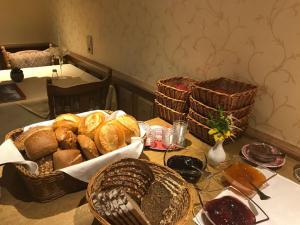 Breakfast options available to guests at Pension und Ferienwohnung Schütte