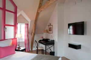A television and/or entertainment center at Le Clos - Relais & Chateaux