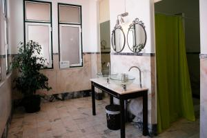 A bathroom at Santarem Hostel