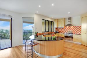 A kitchen or kitchenette at Captain's Retreat