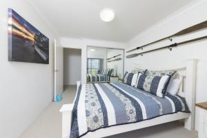 A bed or beds in a room at Renas Court unit 8