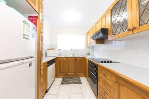A kitchen or kitchenette at Renas Court unit 8