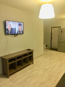 Телевизор и/или развлекательный центр в Апартаменты Акварель 3