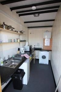 A kitchen or kitchenette at The White Horse Inn Bunkhouse