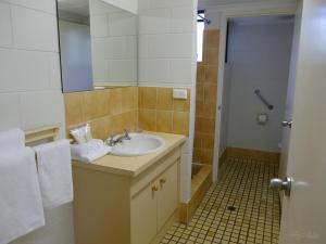 A bathroom at Golden Cane @ Castaways
