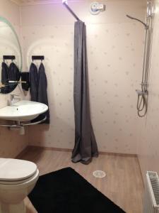 Ett badrum på Malmköpings Bad & Camping