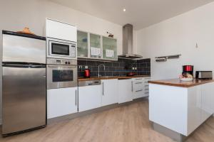 A kitchen or kitchenette at Le Sky - 3-bedroom apartment