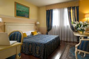 A bed or beds in a room at Villa Pace Park Hotel Bolognese