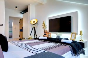 A bed or beds in a room at Luxury apartment CRYSTAL